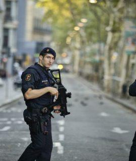 Πιθανόν ζωντανός κι ασύλληπτος ο δράστης της επίθεσης στη Βαρκελώνη