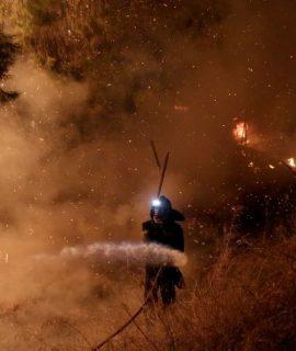 Πύρινη κόλαση στον Κάλαμο, έκκληση για εκκένωση των οικισμών