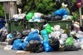 Ο στρατός βγαίνει να μαζέψει τα σκουπίδια απο τους δρόμους